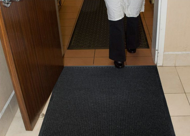 AM-883 Grease Hog Indoor Scraper/Wiper Entrance Floor Mat provides an excellent anti-slip surface on hard surface and carpet surface floors.